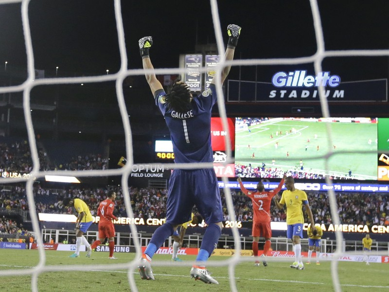 Brankár Peru Pedro Gallese oslavuje nečakané víťazstvo