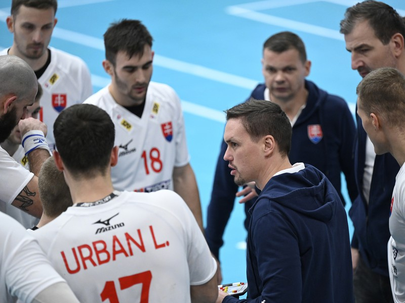 Reprezentačný tréner Slovenska Peter Kukučka s hráčmi