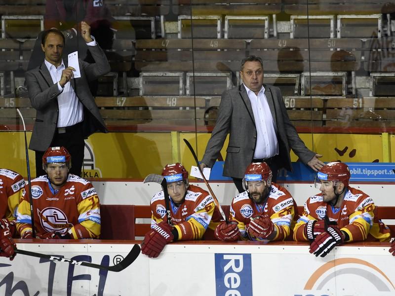 Zľava asistent trénera Dukly Trenčín Ján Pardavý (vľavo) a hlavný tréner Peter Oremus
