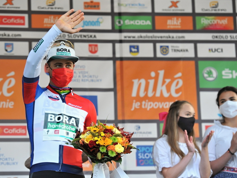 Peter Sagan (Bora-Hansgrohe) oslavuje na pódiu po 2. etape 65. ročníka Medzinárodných cyklistických pretekov Okolo Slovenska v Dolnom Kubíne