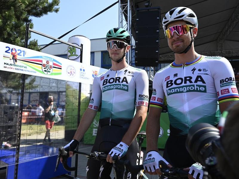 Erik Baška a Peter Sagan pred hromadným štartom etapy mužov v kategórii Elite na 227,50 km na spoločných majstrovstvách Slovenska a Českej republiky v cestnej cyklistike