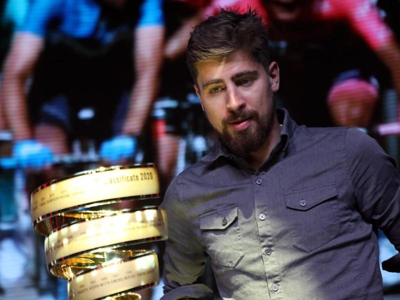 Slovenský cyklista Peter Sagan sa pozerá na trofej 103. ročníka podujatia Giro d'Italia