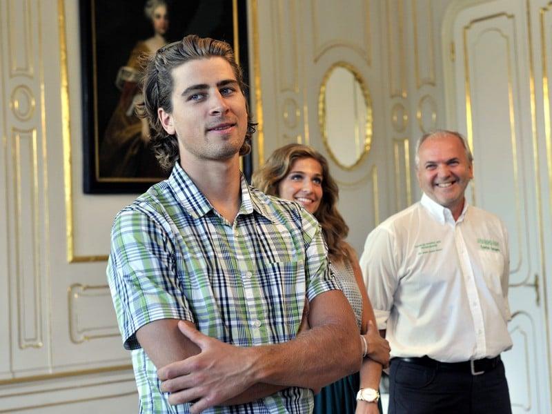 Zľava: Slovenský cyklista Peter Sagan, jeho manželka Katarína Sagan a manažér Jozef Korbel