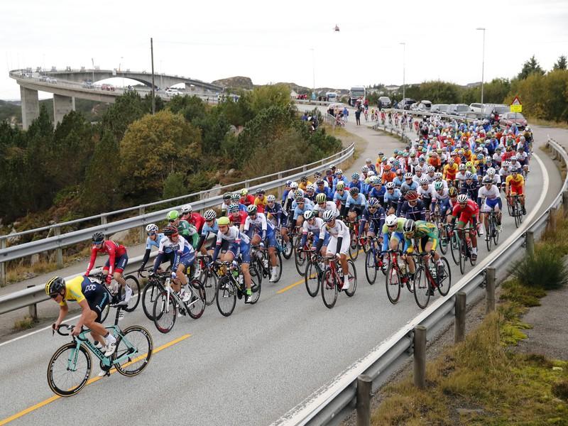 Dvojnásobný majster sveta Slovák Peter Sagan (v popredí v strede) na čele pelotónu počas preteku mužov kategórie Elite na majstrovstvách sveta v cestnej cyklistike v nórskom Bergene