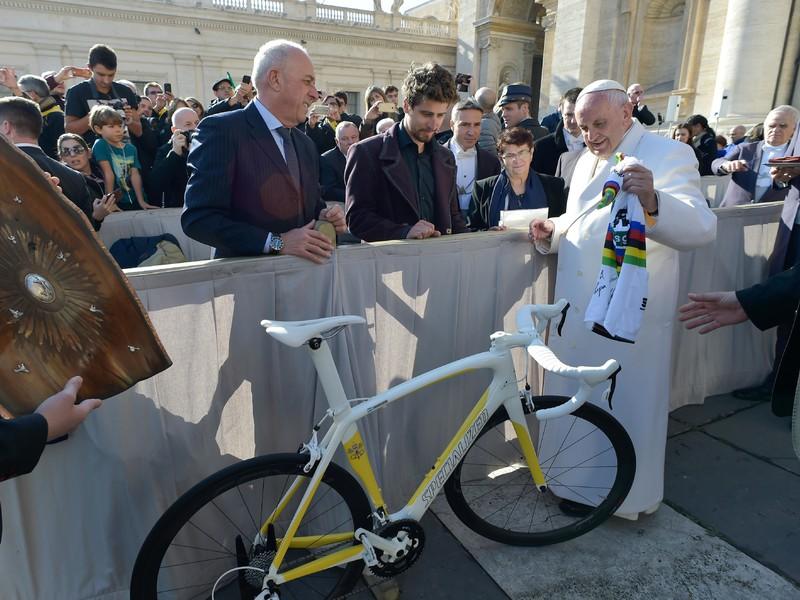 Peter Sagan daroval pápežovi Františkovi podpísaný dres majstra sveta a bicykel v pápežských farbách s nápisom