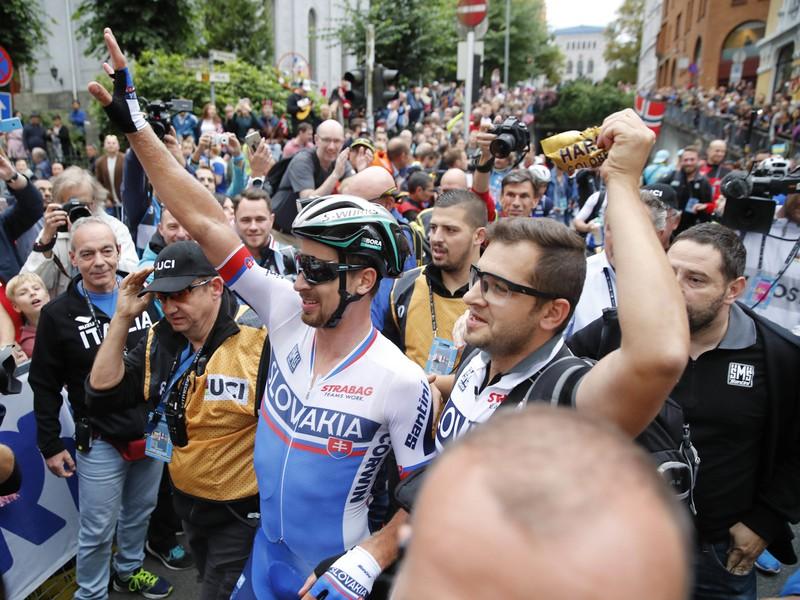 Slovenský cyklista Peter Sagan (v strede) oslavuje tretí titul majstra sveta po víťazstve v preteku mužov kategórie Elite na majstrovstvách sveta v cestnej cyklistike v nórskom Bergene