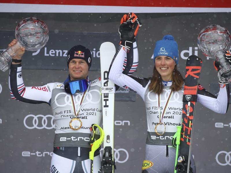 Francúzsky lyžiar Alexis Pinturault (vľavo) a slovenská lyžiarka Petra Vlhová pózujú s veľkými krištáľovými glóbusmi