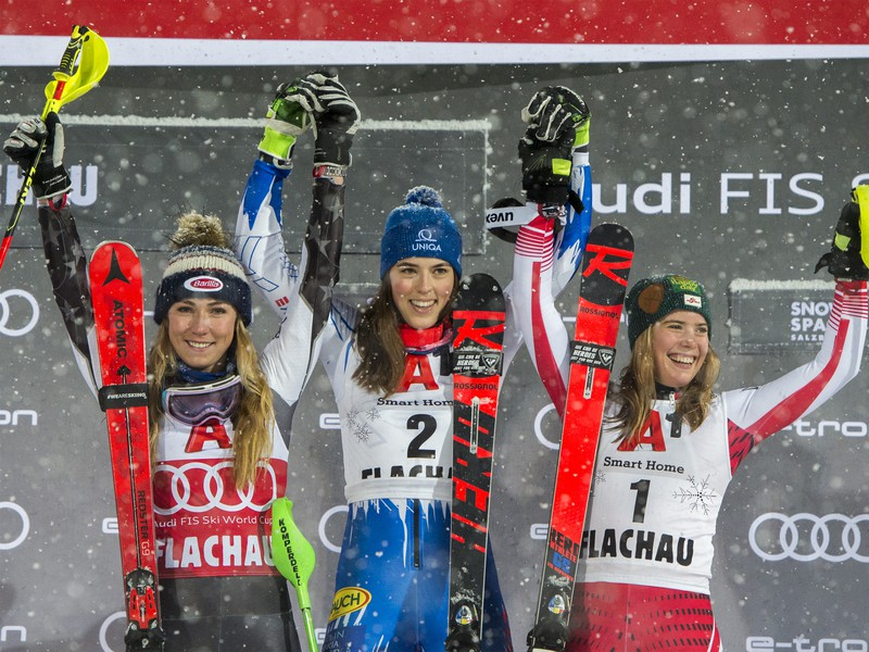 Slovenská lyžiarka Petra Vlhová (uprostred) sa teší po triumfe v nočnom slalome Svetového pohára v rakúskom Flachau