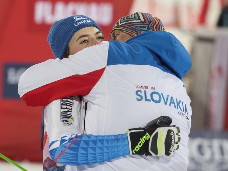Slovenská lyžiarka Petra Vlhová (vľavo) sa objíma so svojím otcom Igorom Vlhom