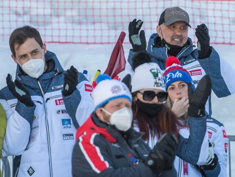 Na snímke rodina slovenskej lyžiarky Petry Vlhovej sa teší z víťazstva v obrovskom slalome