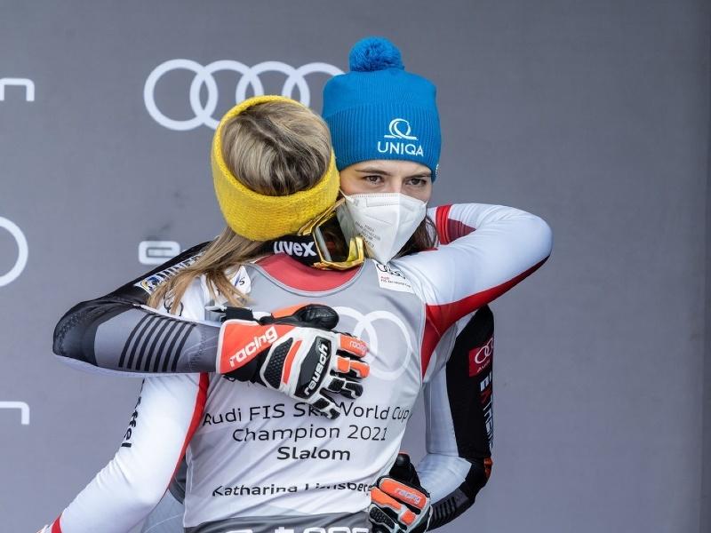 Petra Vlhová a gratulujúca slalomová víťazka Katharina Liensbergerová