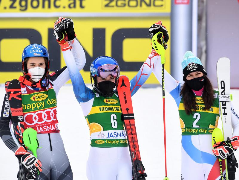 Na snímke slovenská lyžiarka Petra Vlhová (vľavo) obsadila druhé miesto v slalome Svetového pohára alpských lyžiarok 6. marca 2021 v Jasnej. Zvíťazila americká lyžiarka Mikaela Shiffrinová