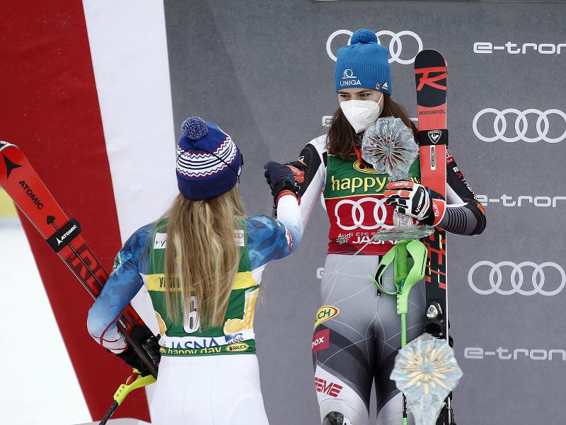 Mikaela Shiffrinová a Petra Vlhová na pódiu pre víťazov