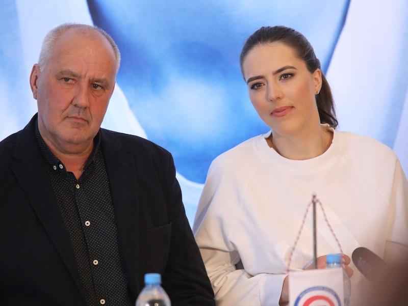 Otec Igor Vlha a Petra Vlhová počas tlačovej konferencie po zisku veľkého krištáľového glóbusy