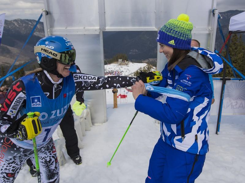 Slovenská lyžiarka Veronika Velez - Zuzulová (vľavo) s Petrou Vlhovou počas jej rozlúčky s kariérou