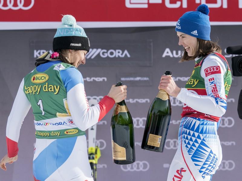 Petra Vlhová a Wendy Holdenerová
