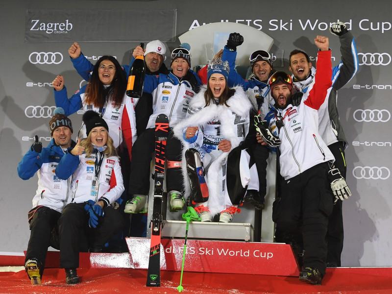Slovenská lyžiarka Petra Vlhová oslavuje s realizačným tímom víťazstvo slalome Svetového pohára v Záhrebe