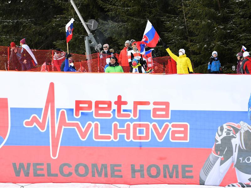 Fanúšikovia slovenskej lyžiarky Petry Vlhovej počas 2. kola slalomu Svetového pohára