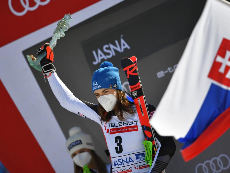 Petra Vlhová pózuje na pódiu s trofejou po víťazstve v obrovskom slalome