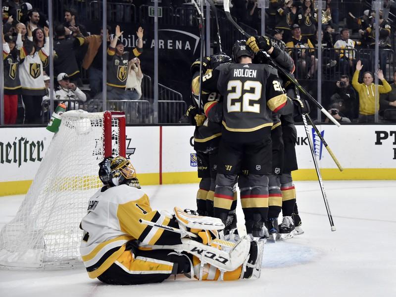 Hokejisti Vegasu oslavujú gól, sklamaný Casey DeSmith
