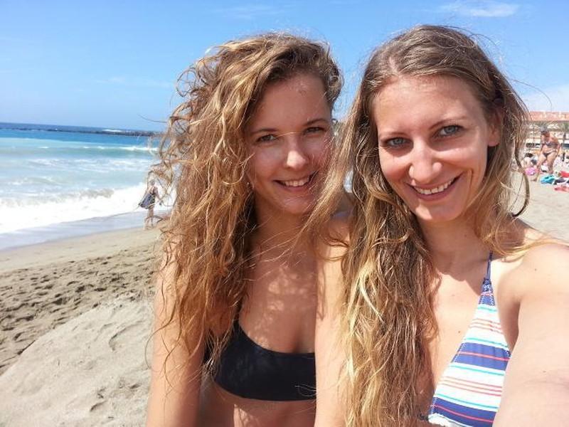 Krásne a očarujúce Slovenky Natália Dubovcová (vľavo) a Dominika Nestarcová (vpravo) sa prezentujú tými najmilšími úsmevmi.