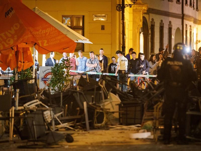 Svedkovia bitky sledujú neporiadok na Ventúrskej ulici počas zásahu po bitke a výtržnostiach zahraničných futbalových fanúšikov v bratislavskom Starom Meste.