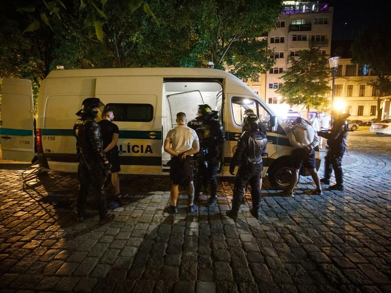Polícia zatýka výtržníkov v Starom Meste po bitke a výtržnostiach zahraničných futbalových fanúšikov na Ventúrskej ulici v Bratislave