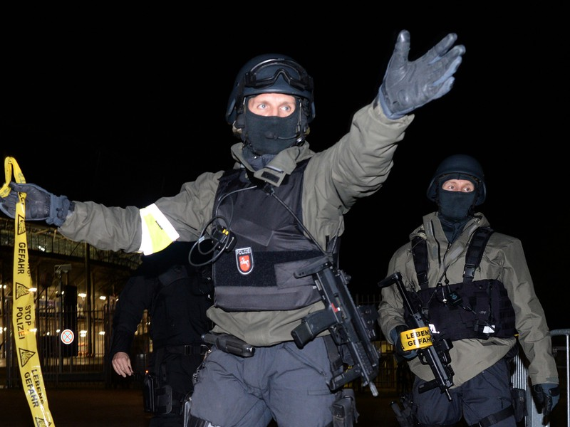 Nemecká polícia pre hrozbu bombového útoku zrušila utorňajší prípravný zápas medzi domácim výberom a futbalistami Holandska