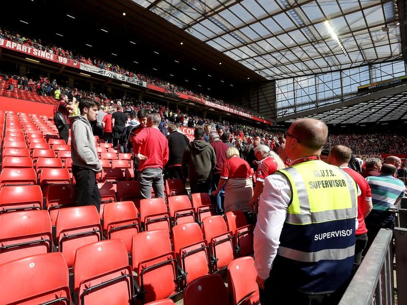 Fanúšikov na Old Trafforde evakuovali, zápas odložili
