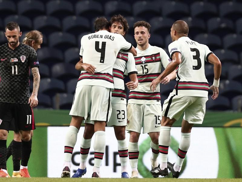 Hráči Portugalska oslavujú gól