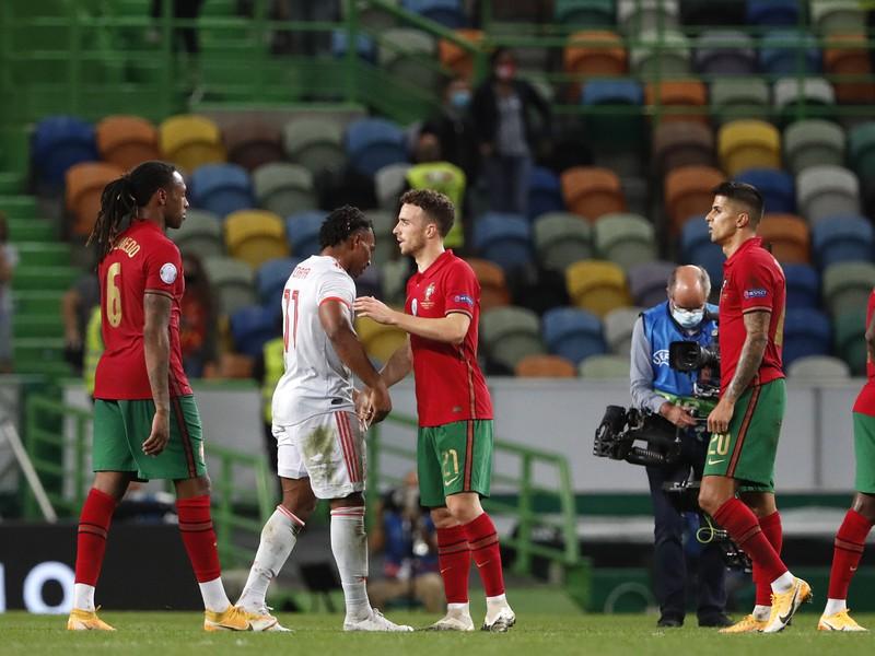 Hráči Španielska a Portugalska po priateľskom zápase