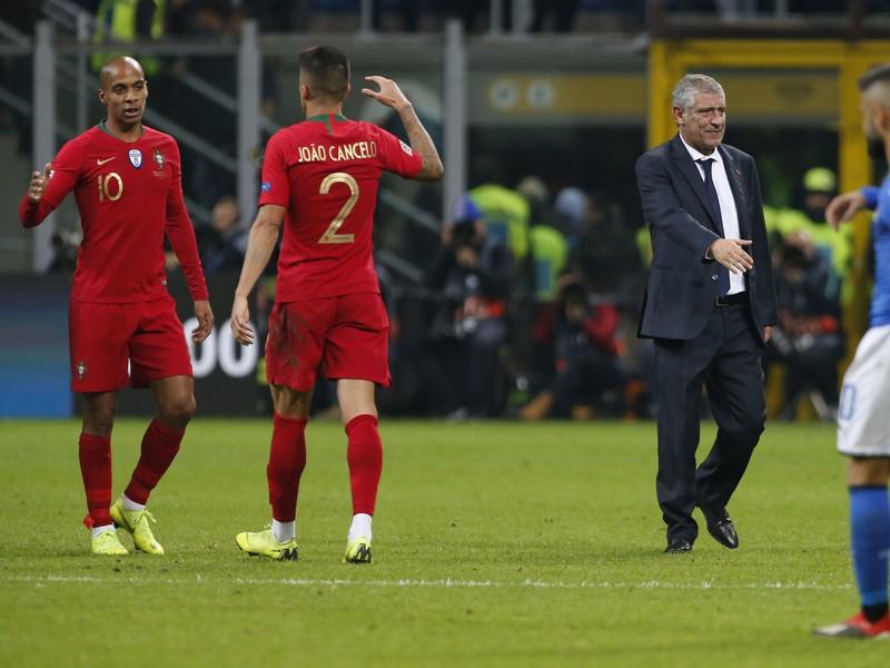 Joao Mario, Joao Cancelo a tréner Fernando Santos oslavujú postup Portugalska po bezgólovej remíze s Talianskom