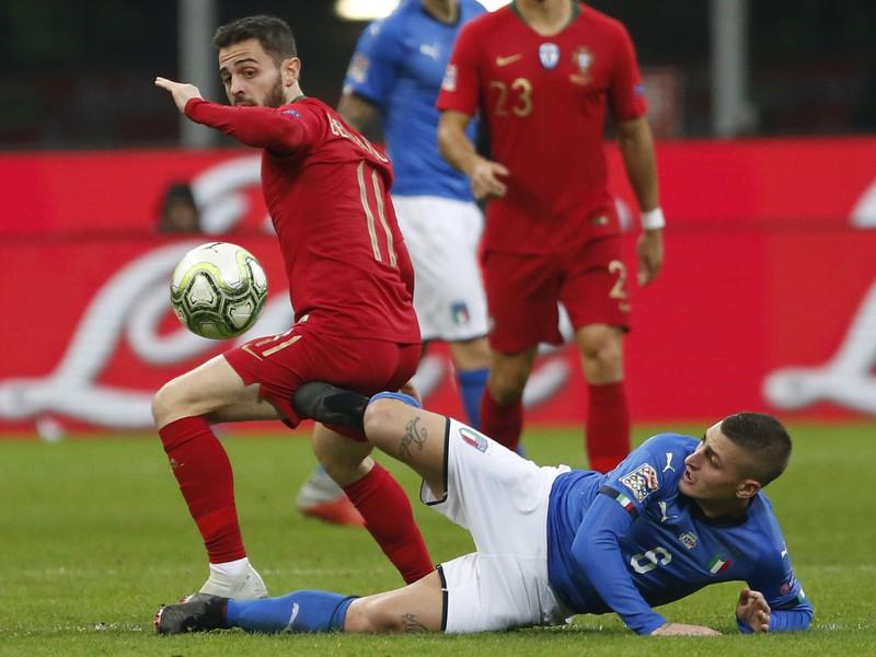 Bernardo Silva a Marco Verratti v súboji o loptu