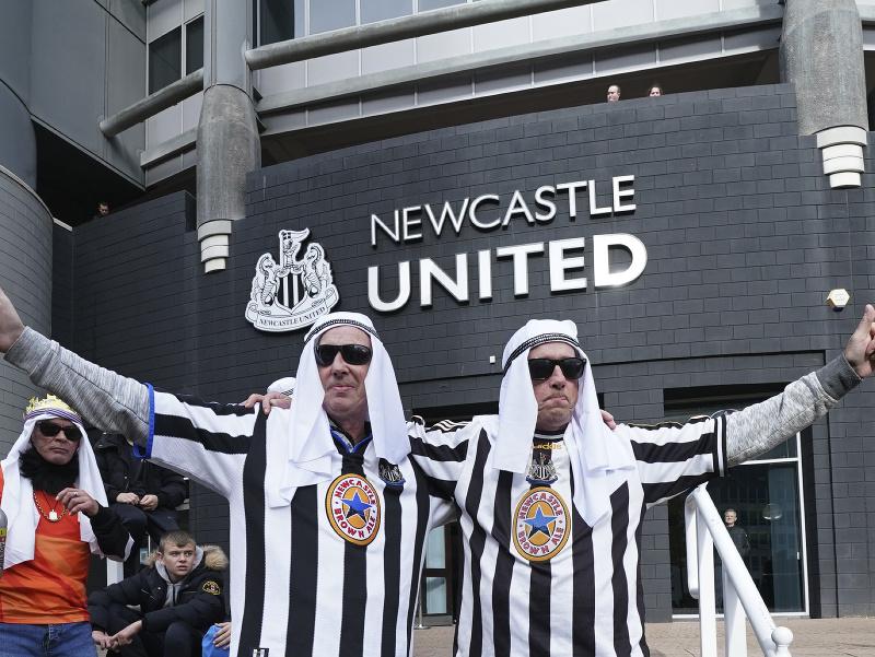 Fanúšikovia Newcastle United v arabských habitoch