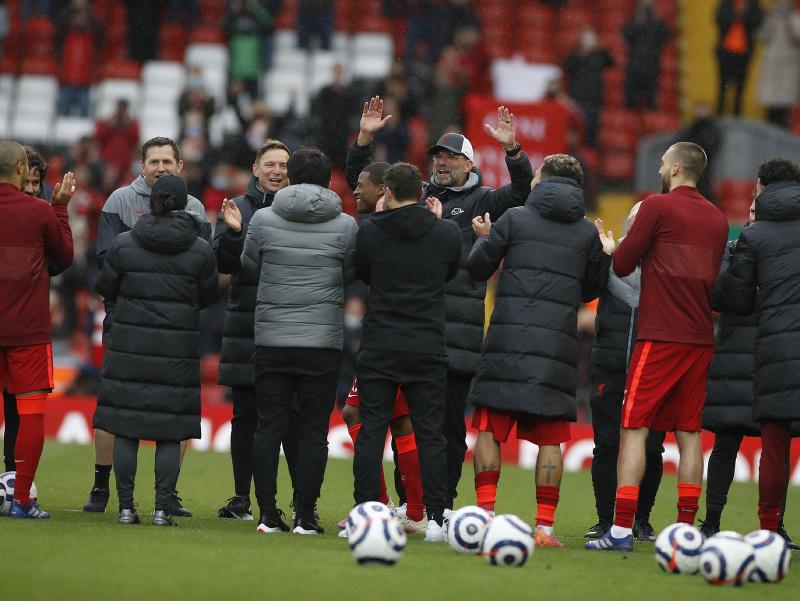 Jürgen Klopp a jeho oslavy s hráčmi Liverpoolu