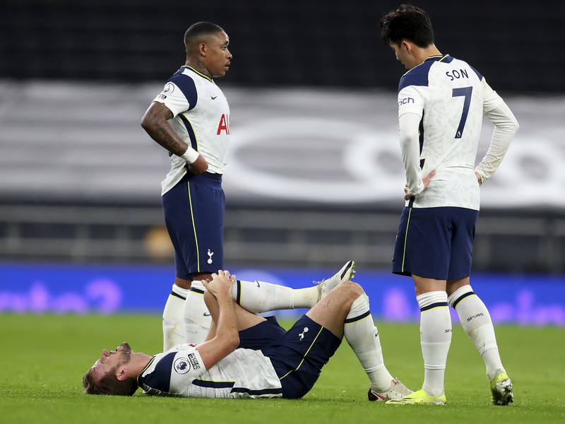Zranený Harry Kane na trávniku