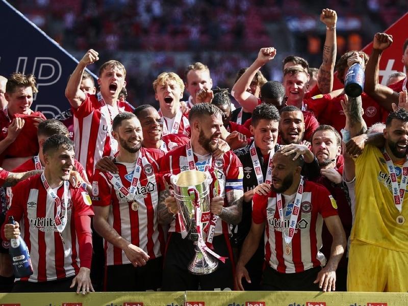 Futbalisti Brentfordu oslavujú postup do Premier League