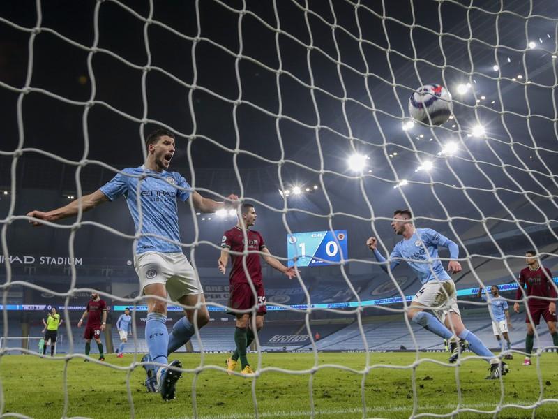 Futbalisti Manchestru City oslavujú gól
