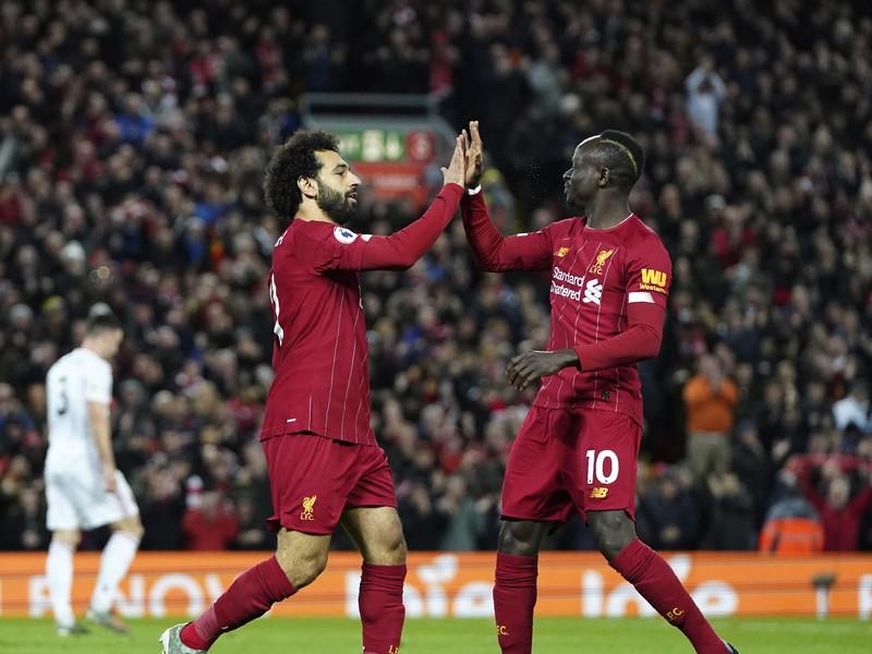 Mohamed Salah a Sadio Mané oslavujú gól LFC
