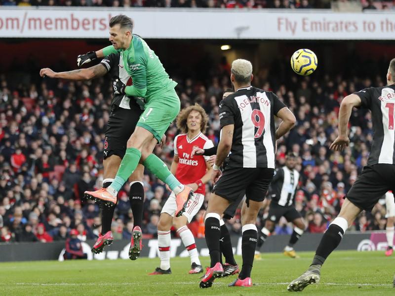 Martin Dúbravka v zápase proti Arsenalu