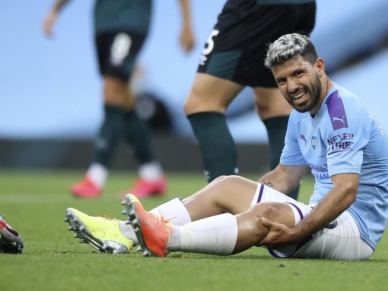 Zranený Sergio Aguero na trávniku