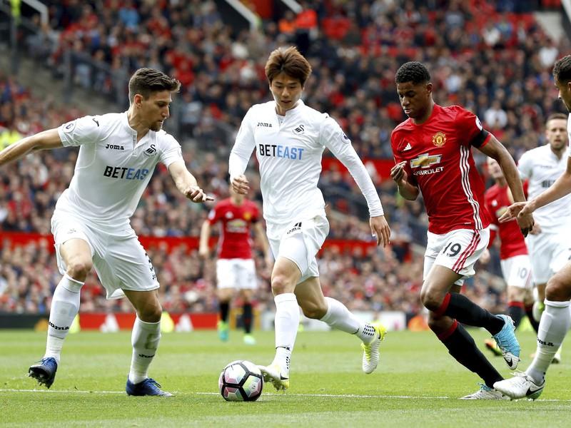 Marcus Rashford preniká obranou Swansea
