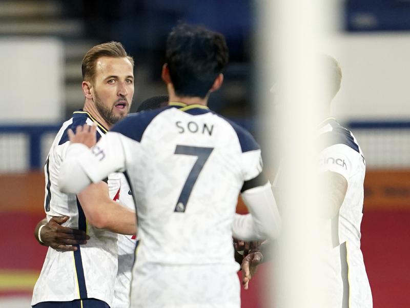 Harry Kane (vľavo) sa teší so spoluhráčmi po strelení gólu