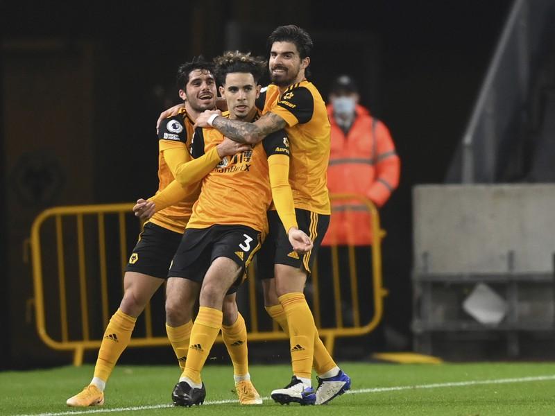 Hráči Wolves oslavujú gól