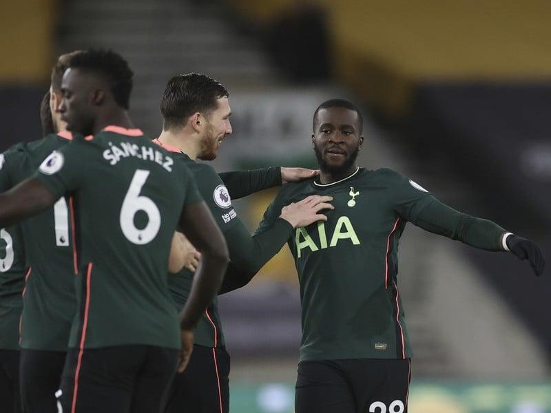 Hráči Tottenhami oslavujú gól