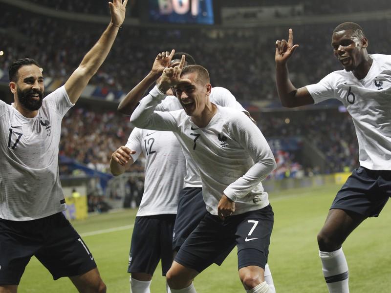 Paul Pogba (vpravo) so spoluhráčmi oslavuje gól Francúzska