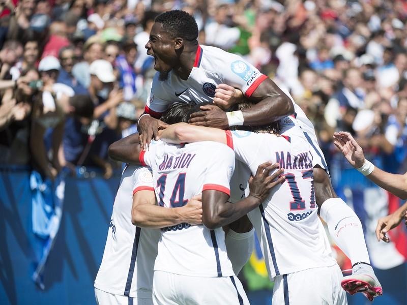 Gólové oslavy futbalistov PSG po zásahu Cavaniho