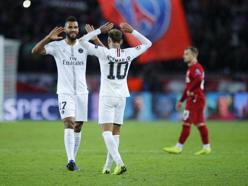 Eric Maxim Choupo-Moting oslavuje s Neymarom