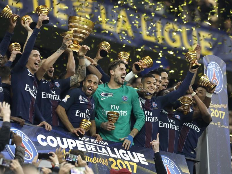 Futbalisti PSG s víťaznými trofejami