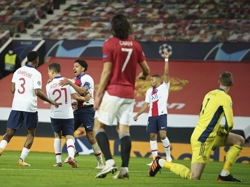 Hráči PSG oslavujú gól pred bývalým spoluhráčom Edinsonom Cavanim